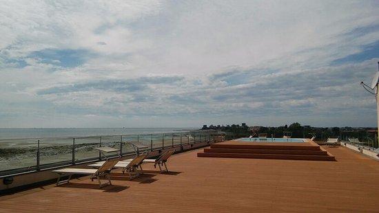 Grado Pineta, Italy: Poolbereich im 6. Stock (Dachterrasse) mit Rundumblick