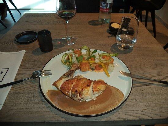 Anderlecht, Belçika: Pintade / polenta / asperge blanche / navet jaune