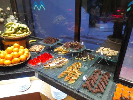 Gai Beach Resort Spa Hotel : buffet dessert items