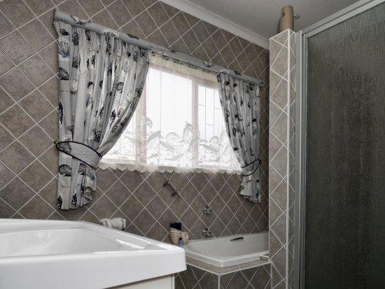 Villa Majestic: Deluxe Double/Twin bed bedroom bathroom