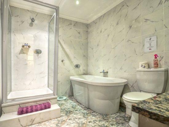 Villa Majestic: Deluxe Queen room bathroom