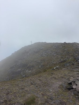 Beaufort, Ierland: The peak of Carrauntuhil, marked by a cross