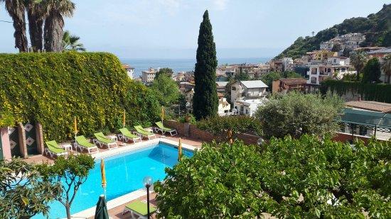 Hotel Villa Sirina: Aussicht aus einem kleinen Zimmer im ersten Stock.