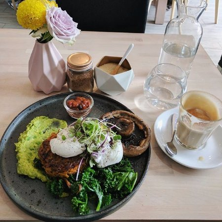 Sunbury, Australië: sweet potato rosti, thyme roasted mushroom, blanched kale, avocado whip, poached egg