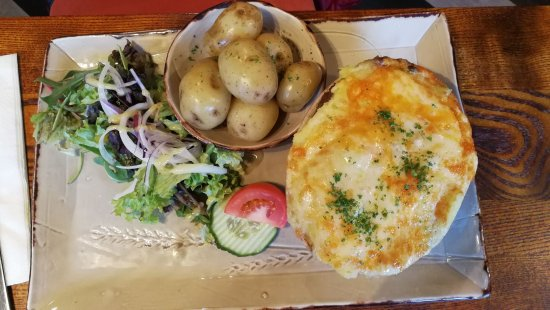 St Peter, UK: Gratin de pommes de terre jerséenes, au fromage de chèvre.