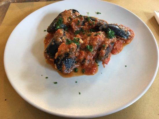 Cisano sul Neva, Italy: Spaghetti alle cozze e sarde Cozze ripiene agli aromi liguri