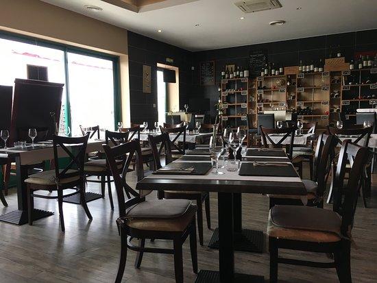 Salle du restaurant picture of le garde manger murviel for Salle a manger vilvoorde restaurant