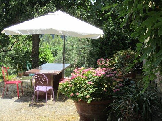 B&B A Casa di Lizzy: tavolo in giardino