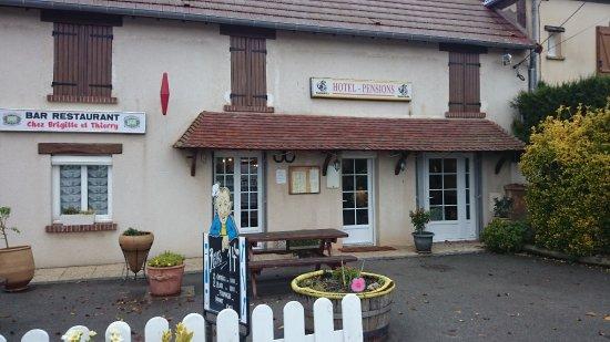 """Pacy-sur-Eure, França: Facade de """"Chez Brigitte"""" au Cormier"""