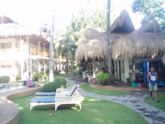 Mike's Dauin Beach Resort: Accommodation on the left, other facilities on the right. Does not show the pool or that the hot