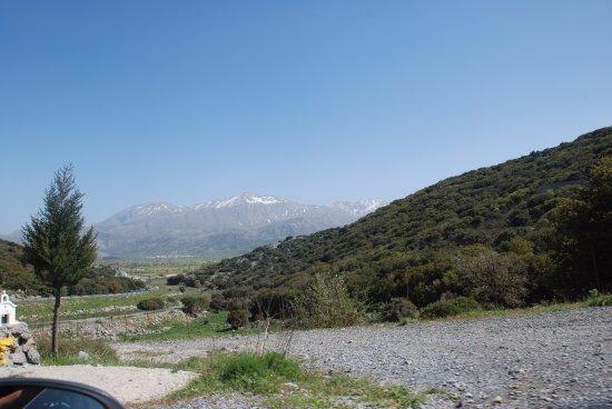 Lasithi Prefecture, Grecia: Groene vlakte, witte bergtoppen