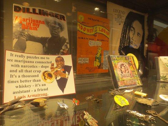 Hash Marihuana & Hemp Museum: Exposición accesorios