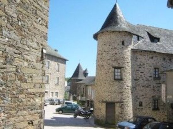 Uzerche, Francia: Tucked away through here on the left, in the medieval town