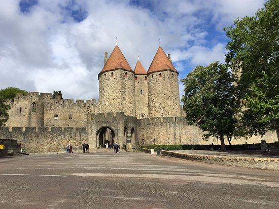 entr e de la cit picture of chateau et remparts de la cite de carcassonne carcassonne. Black Bedroom Furniture Sets. Home Design Ideas