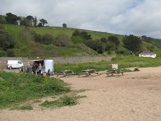 Strete, UK: Lime Coffee Company Beach Cafe, the nearby car park and toilets are in the background