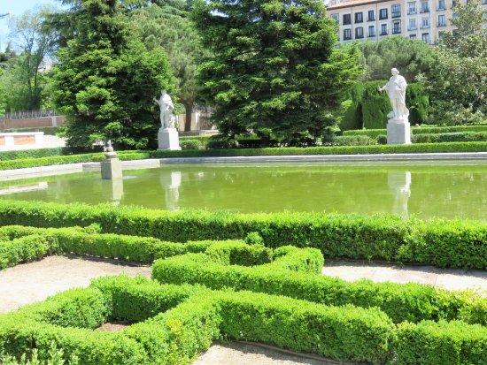 Sabatini picture of jardines de sabatini madrid for Jardines sabatini
