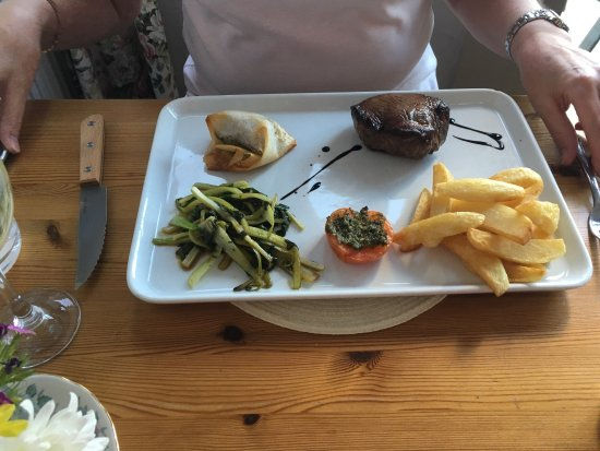Borth-y-Gest, UK: mussels followed by  filet steak and trimmings, also roast barramundi, fried squid with veg.  ev