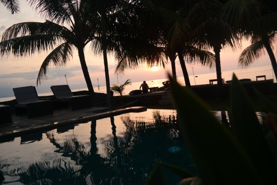 Pemaron, Indonesia: Enjoy sunset from the pool