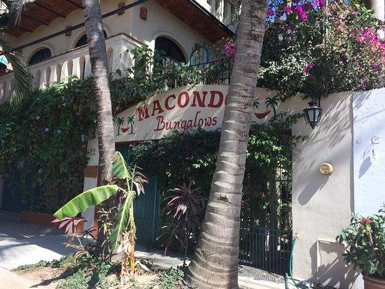 Macondo Bungalows: Entrada muy pintoresca y playera