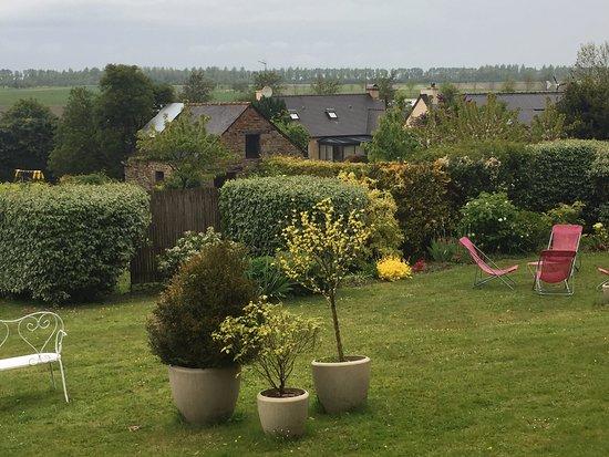 Saint Marcan, France: Jardim na parte posterior
