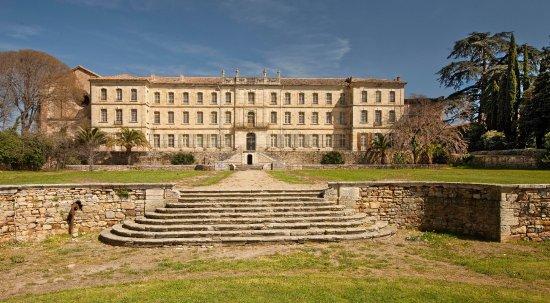 Château Abbaye de Cassan : Majestueuse façade occidentale du Château de Cassan, ouvrant sur ses jardins