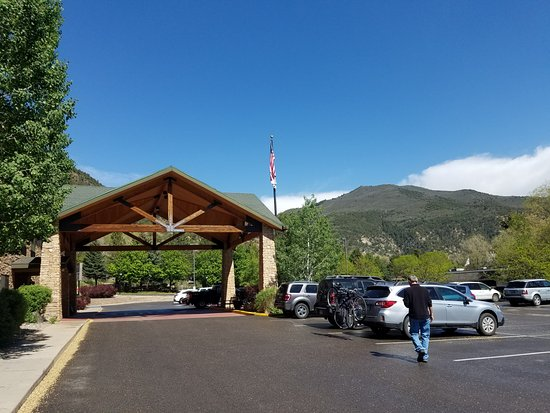 Hampton Inn Glenwood Springs: Entrance to hotel and view