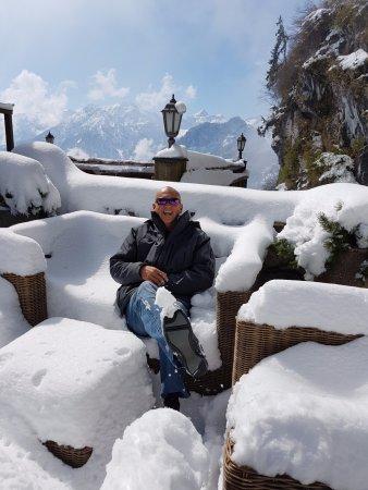 Pfronten, Alemania: Et oui j'attends en terrasse sur les fauteuils en rotin. Vue superbe.