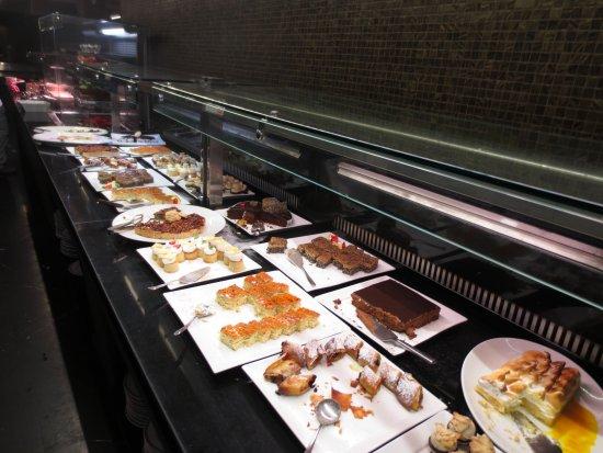 Leonardo Plaza Hotel Jerusalem: buffet dessert items