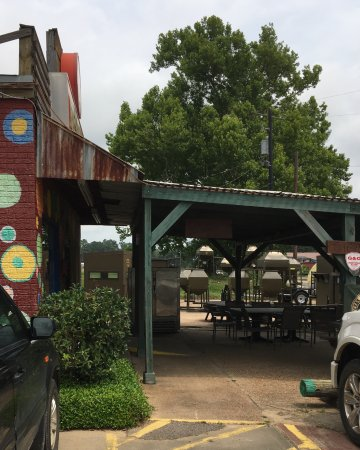 Woodville, TX: Outside of the restaurant and it is even cuter inside.