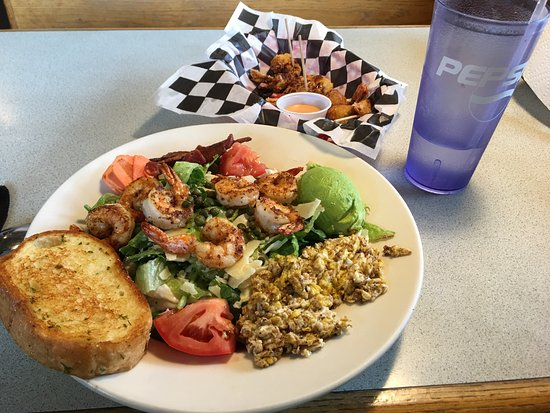Woodville, TX: Blackened grilled shrimp salad was so delicious. Firecracker shrimp in the background