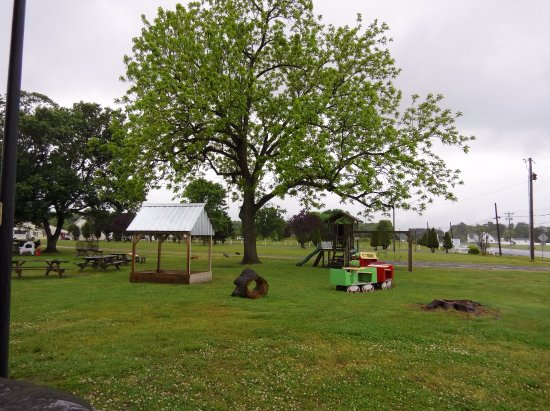 Georgetown, DE: grounds with play areas