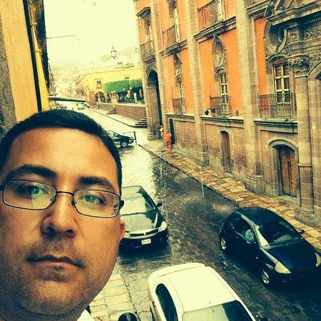 Hotel Posada San Miguelito: balcon hotel lloviendo