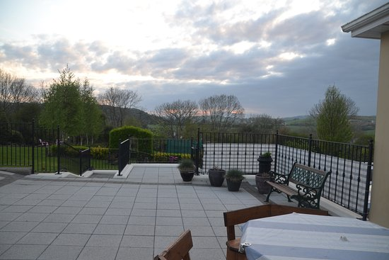 Timoleague, Irland: Looking out to the patio and the back garden.