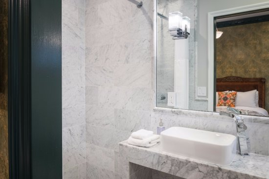 Monte Cristo Bed and Breakfast : Walk in marble shower.