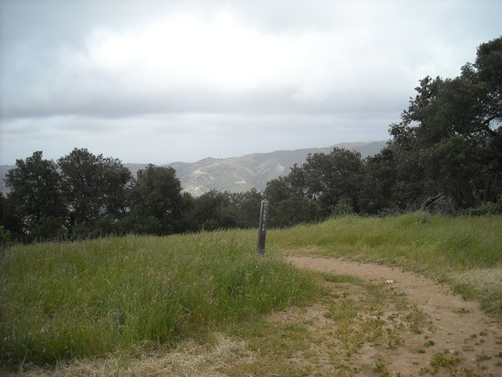 Carmel Valley, Califórnia: Top of the trail - heading down the sky trail