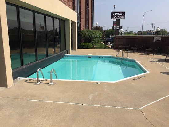 Drury Inn & Suites Champaign: Outdoor section of pool
