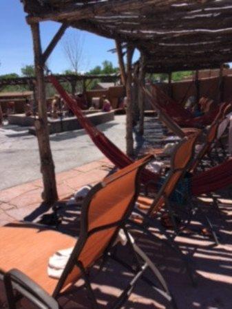 Ojo Caliente, New Mexiko: Lounge chairs around pool areas
