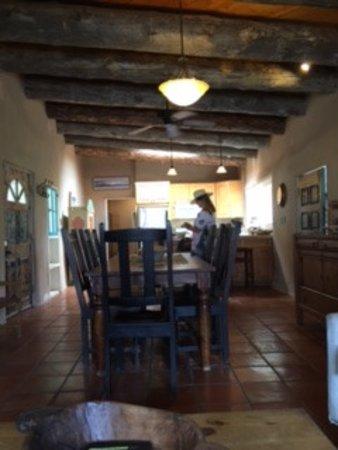 Ojo Caliente, New Mexiko: Private adobe kitchen/dining area