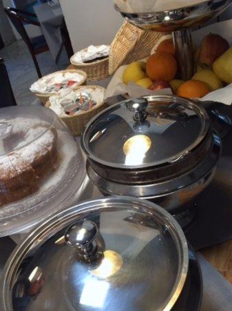 Hotel Ristorante Cervo: Breakfast (cereal in the silver serving bowls)