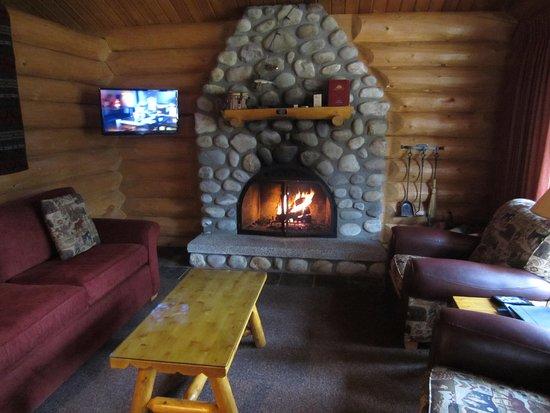 Alpine Village Cabin Resort - Jasper: Fire set, ready for the hockey game!