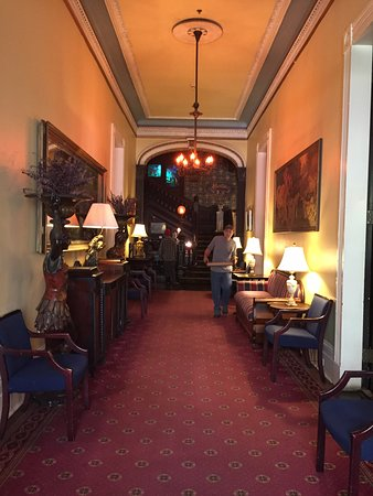 Columns Hotel: Facing the reception desk at the end of the hall