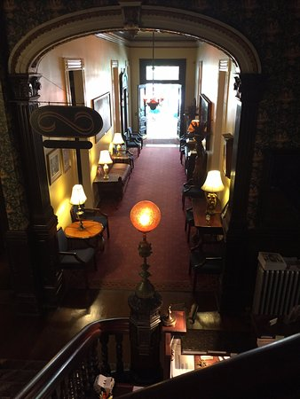 Columns Hotel: Facing the front door and out on to St. Charles Street