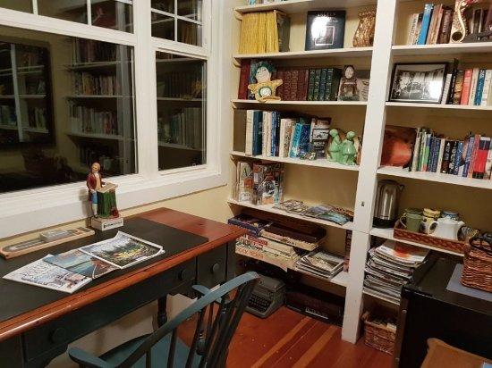 Artist's House B&B: reading room