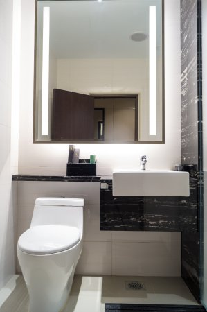 Ambassador Transit Hotel Terminal 2: Ensuite Bathroom