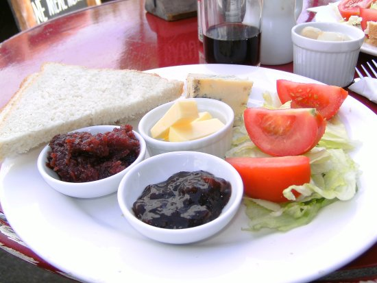 Chadlington, UK: We both had a Ploughmans Lunch ..Very nice, with amazing Chutneys & Cheeses
