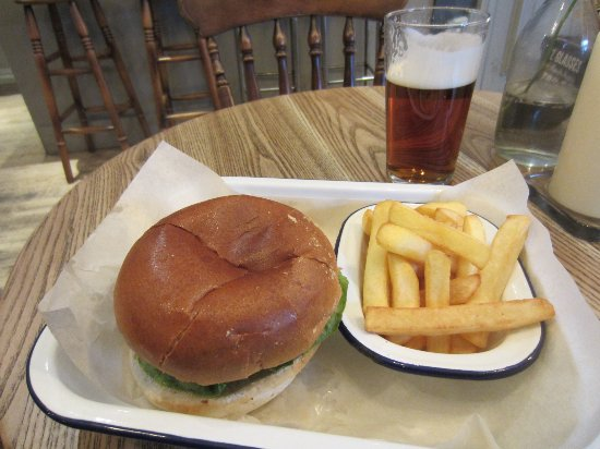 Yarm, UK: Dry Burger and tasteless chips, but good beer