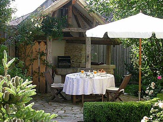 Saint-Cyr sur Morin, France: Barbecue cottage rose de Provins