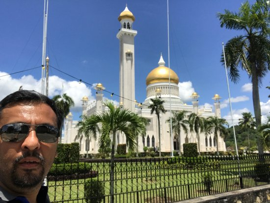 Sultan Omar Ali Saifuddin Mosque: Mosque from the outside; not the best pic.
