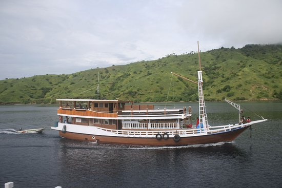 Komodo Wonderfull Tour: cabin boat with aircond.