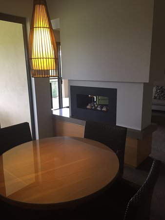 Rothbury, Австралия: Double sided fireplace in the dining room